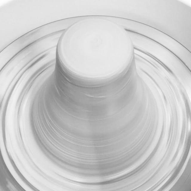 土殺しからの芯出し・粘土をろくろの上で良く土殺しをした後、ろくろの中心へぶれないように芯出し、これで整形の準備ができました。#アトリエマーニ #芯出し #陶器#atelier #mani #throwing #forming #pottery