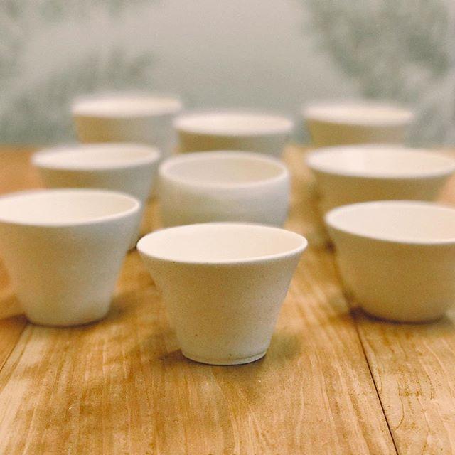 カップや湯呑み茶碗をいろいろ並べている様子