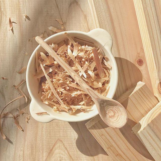 スープボウルと木のスプーンの写真
