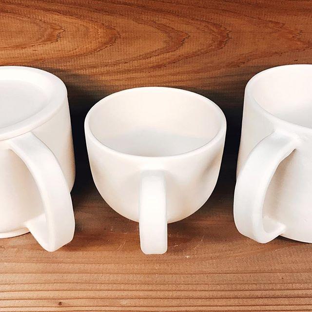 サンドペーパーで整えて拭きあげReady for glazing*素焼きが終わったマグカップをサンドペーパーでやすりがけして拭きあげ*#アトリエマーニ #うつわ #陶芸 #ハンドメイド #tableware #handmade #atelier