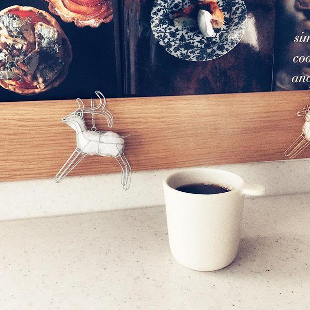 シンプルなカップでコーヒータイムな写真