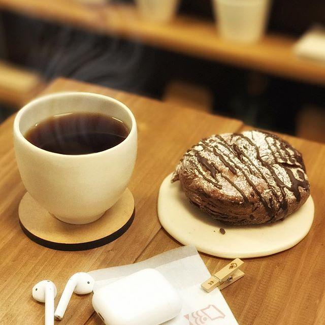 仕事終えて休憩にミスタードーナツのショコラデニッシュとコーヒー