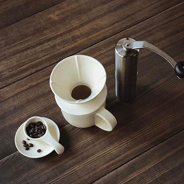 コーヒースプーンとドリッパーとピッチャーの写真