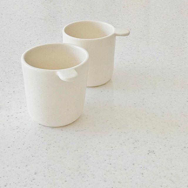 キッチンに無造作におかれたカップの写真