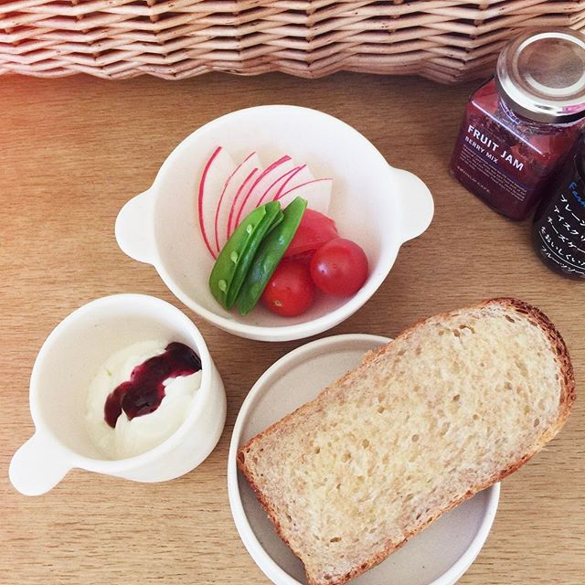 白いうつわ3つを使った朝食セットの写真
