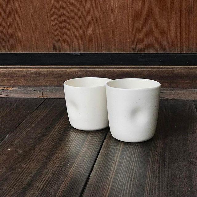 えくぼのあるカップがふたつ並んだ写真