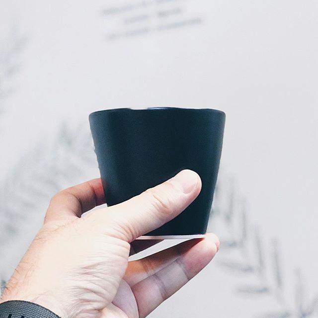 黒マット秞のシンプルなカップの写真