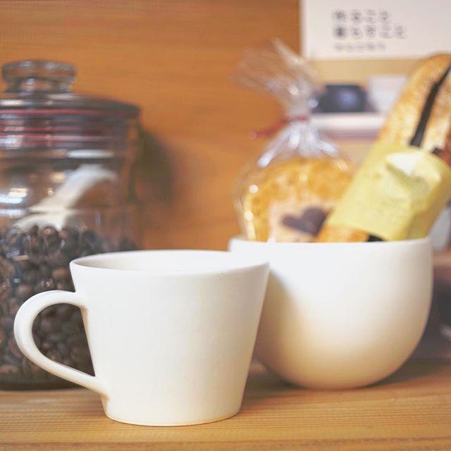 ひさびさの味、ベーカリーみやぱんのチョコフランスパンとコーヒーカップの写真