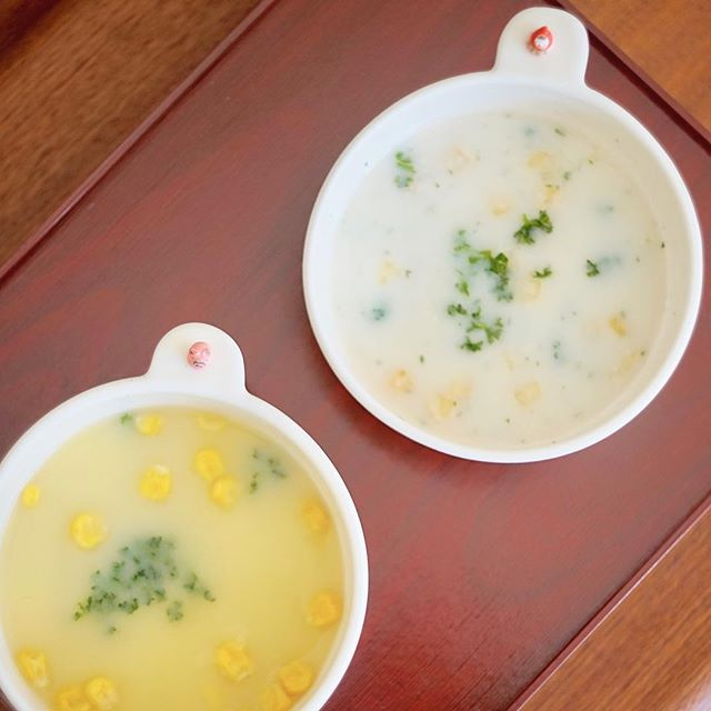 ポタージュとコーンスープをスープボウルに注いだ写真