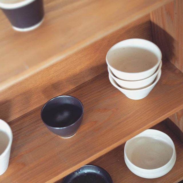 木製の棚に並べたうつわの写真