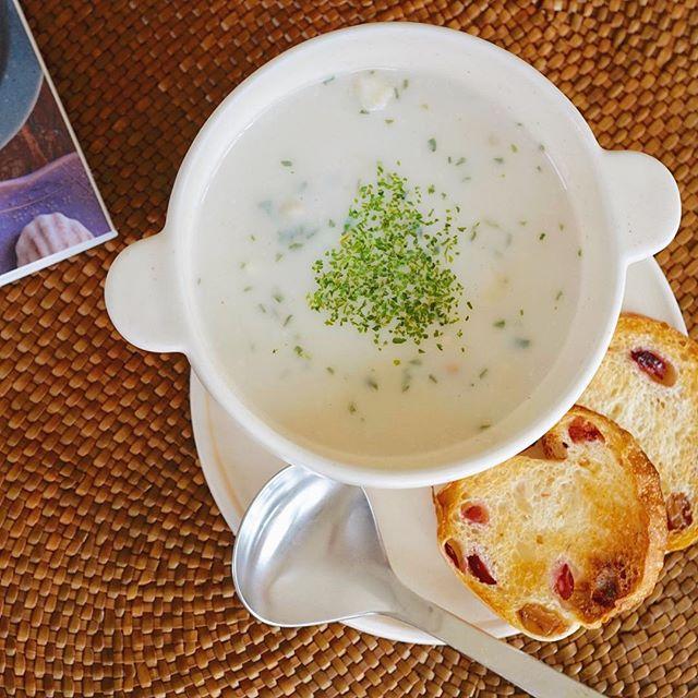 クラムチャウダーをお気に入りのスープボウルで、こんがりと焼いたパンと共に頂きました。