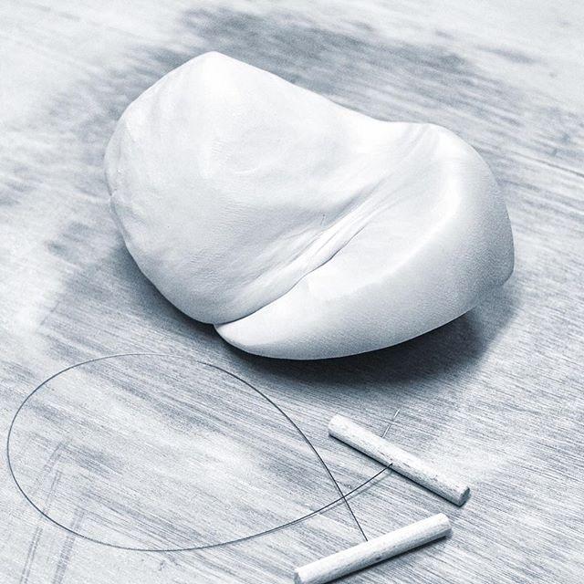 気分転換に土練りWedging for a change*仕事の気分転換にちょっと土練りしてみました。放置していた磁器粘土。ちょっとスッキリ。*#アトリエマーニ #うつわ #土練り #菊練り #ハンドメイド#ateliermani #pottery #wedging #tableware #handmade