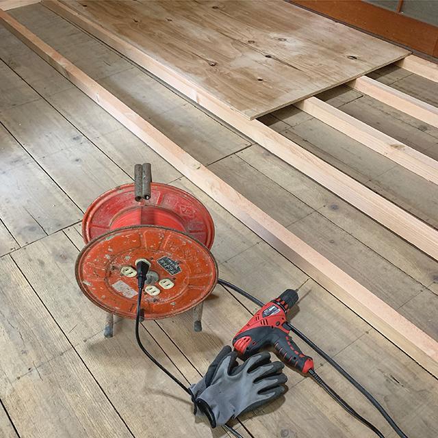 床貼り作業中、根太組み