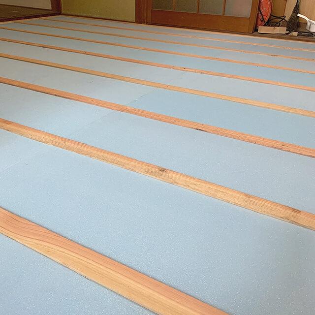 床貼り作業中、断熱材組み込み