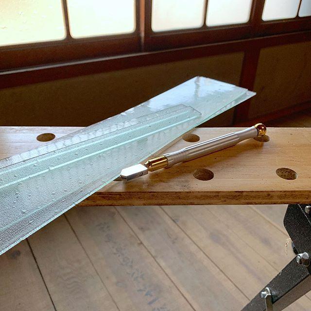 ガラス切りとサイズ通りに切って端材となったガラスの写真