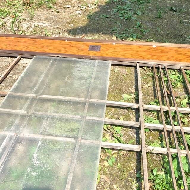 古い建具からガラスを抜き取っている写真