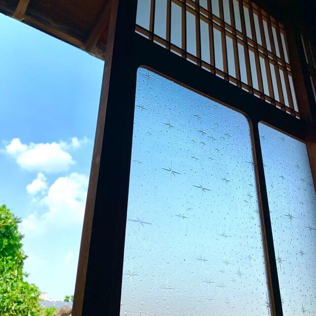 型板ガラスをはめ込んだ古民家の古い建具