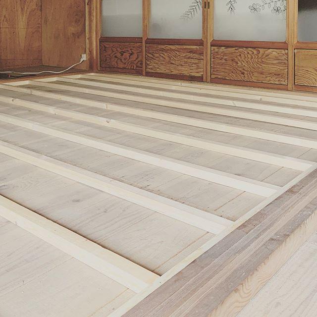 床の施工で根太材を固定しているところ