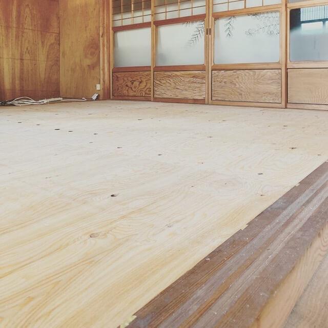 床の施工で構造版を貼ったところ