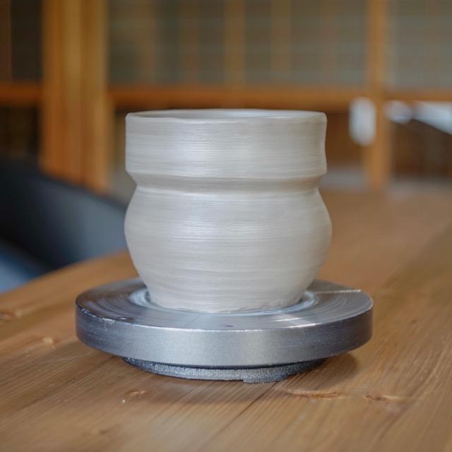 手捻りで炊飯用土鍋を整形、作陶