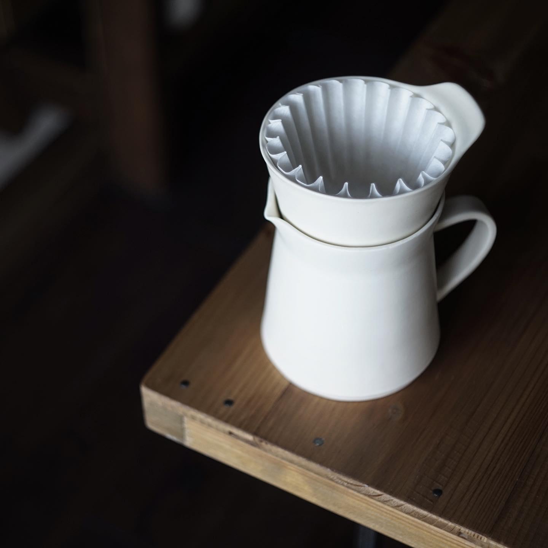 半磁器製の白いコーヒードリッパーとポット